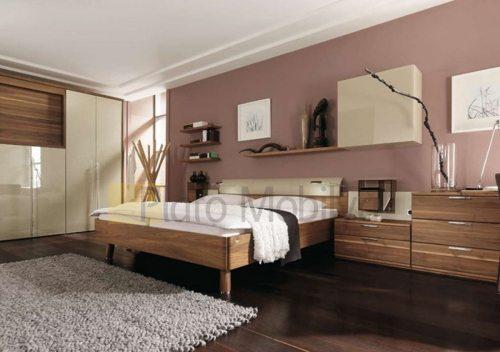 ahşap karyolalı yatak odası